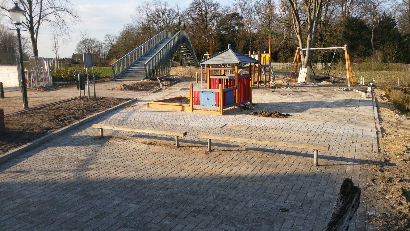 Een speeltuin aangelegd door Van Bronckhorst Bestratingen